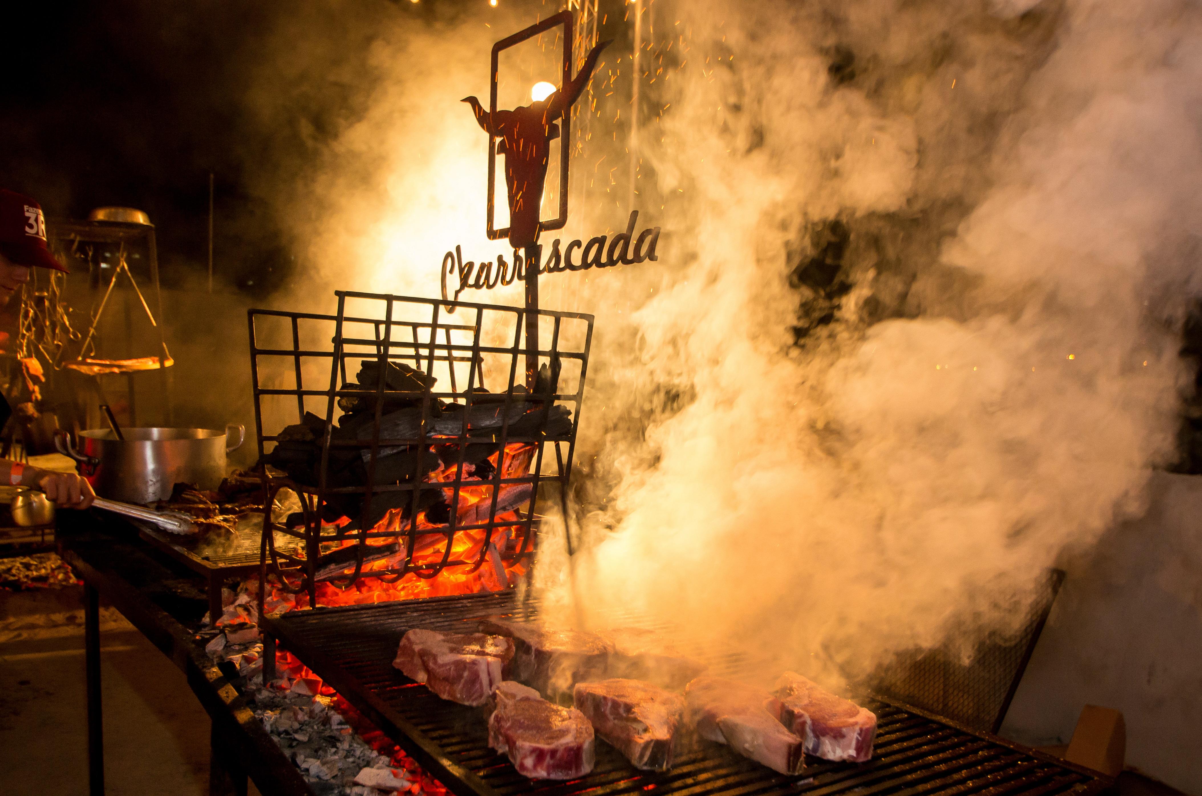 Dez horas de carne no fogo com 20 chefs